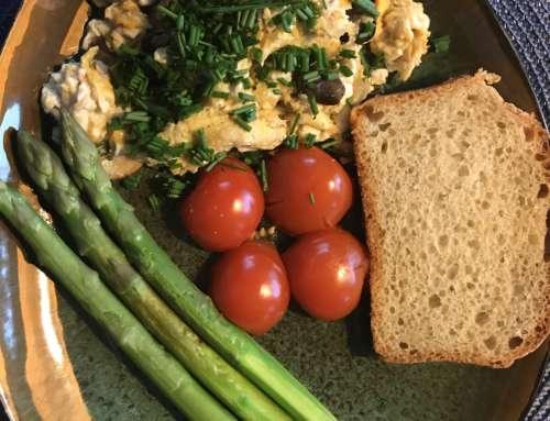 Tofucznica z pieczarkami, pomidorkami kotailowymi i zielonymi szparagami