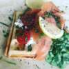 Fit gofry z wędzonym łososiem, twarożkiem i liśćmi szpinaku